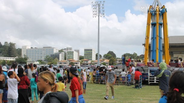Long lines for free rides at Funfest Auckland 2015, 8-12 Jan, Alexandra Park
